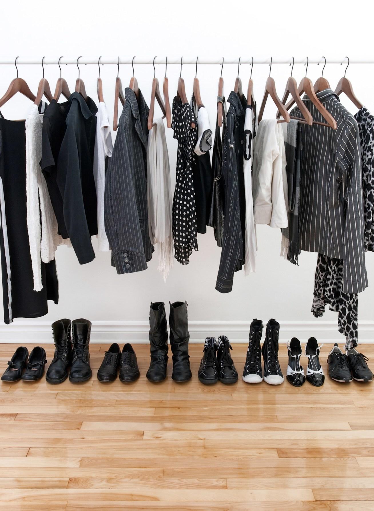 Para que todo quede en armonía, mantén un color monocromático en la ropa que cuelgas, y los zapatos alínealos ordenadamente como en la foto.