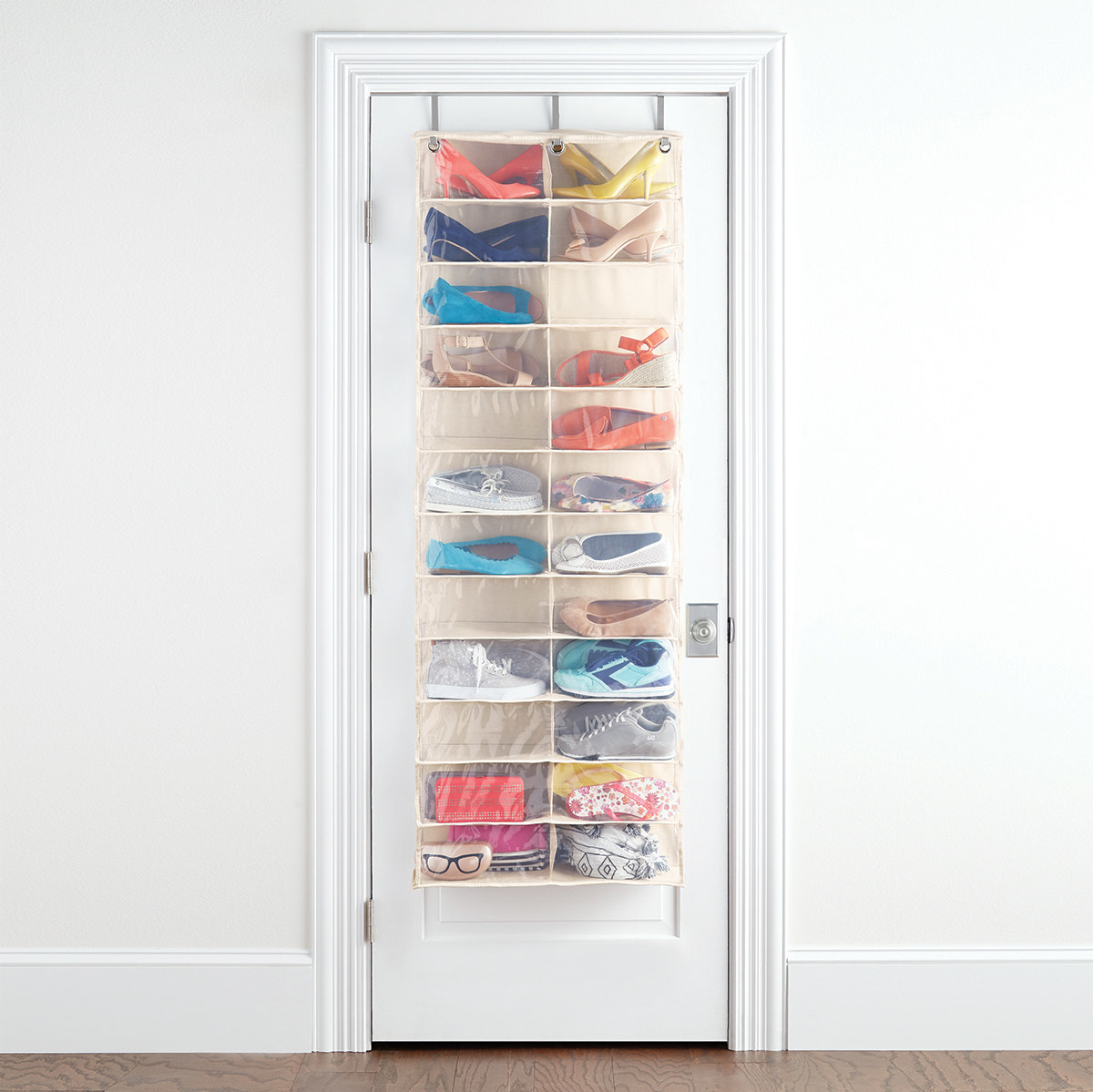 Invierte en uno que sea resistente al peso y con bolsillos lo suficientemente amplios para que quepan los zapatos por pares. Listo, tendrás orden en la casa y sin darte mala vida.