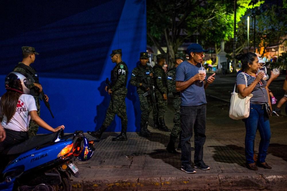 Policía militar patrullando las calles del centro de Tegucigalpa.