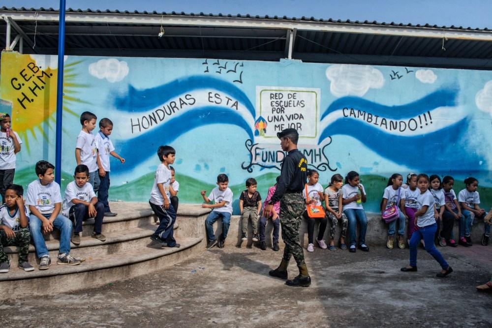 """Un grupo de niños espera a que comiencen las actividades del programa """"Guardianes de la Patria""""."""
