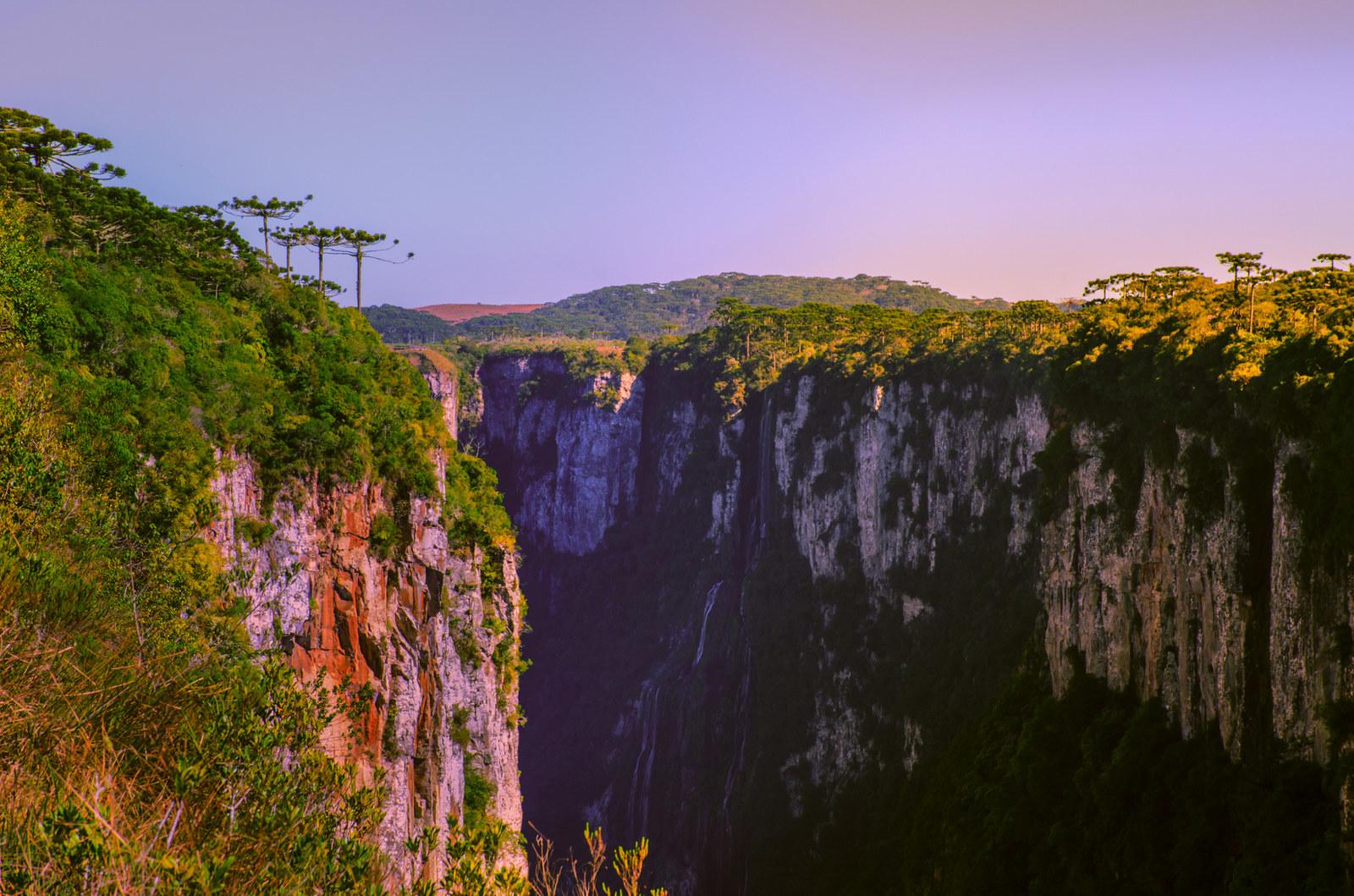Fica no Parque dos Aparados da Serra de Cambará do Sul, a 200 km de Porto Alegre e a apenas 1 cm do nosso coração.