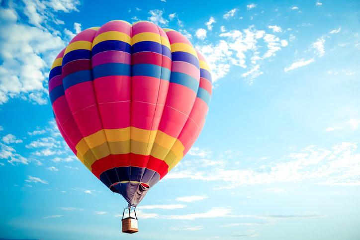 Os irmãos franceses Joseph-Michel and Jacques-Étienne inventaram o balão de ar quente, que anos depois daria base aeronáutica para o avião - e vale falar que o pai da aviação, Santos Dumont, fez seu melhor voo com o primeiro avião em PARIS - enquanto o paraquedas foi inventado pelo aeronauta francês François Blanchard. Com tantos inventores, não era de se admirar se o futebol francês invente alguma coisa nova com o bicampeonato.