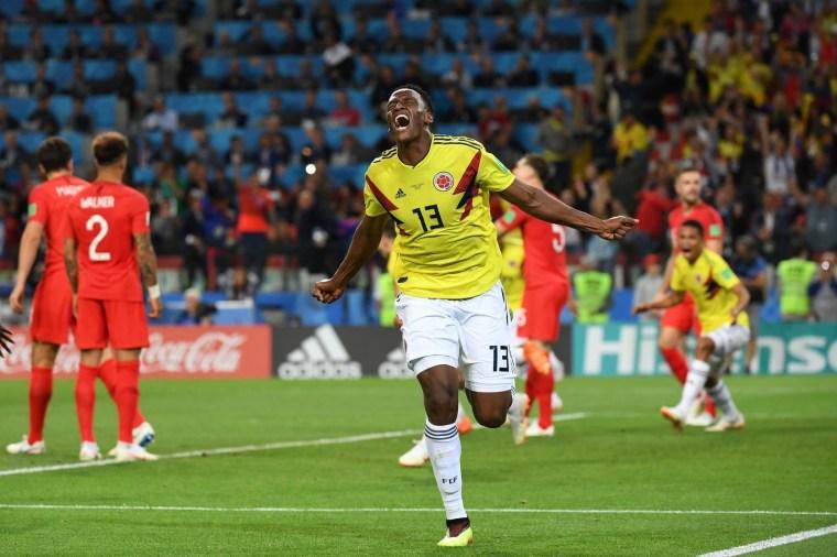 O zagueiro Yerry Mina, da Colômbia, comemora o gol que marcou nos acréscimos do jogo contra a Inglaterra, empatando e levando a partida para a prorrogação.