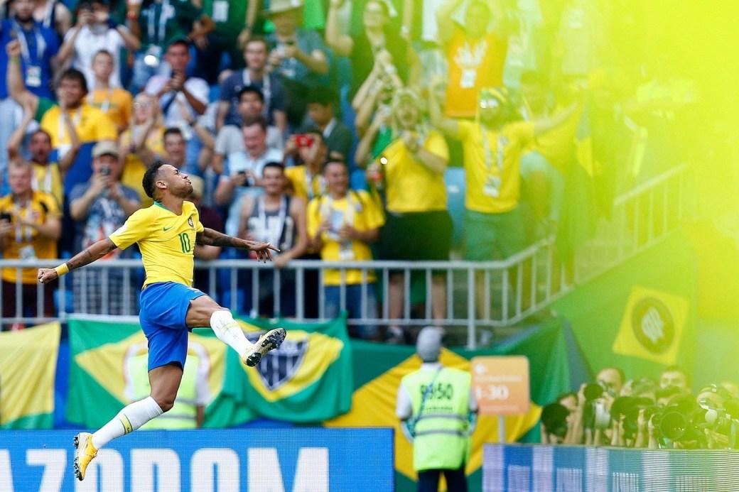 Neymar comemora o primeiro gol da vitória brasileira contra o México.