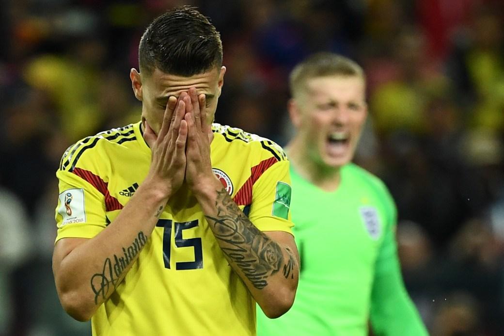 O meia Uribe, que também desperdiçou seu pênalti, leva as mãos ao rosto.