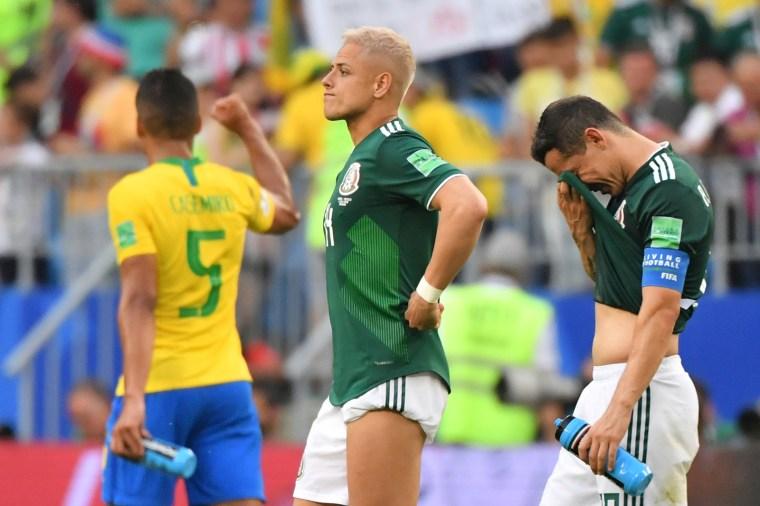 Hernandez e Guardado, do México, lamentam a eliminação. Ao fundo, o volante Casemiro comemora.