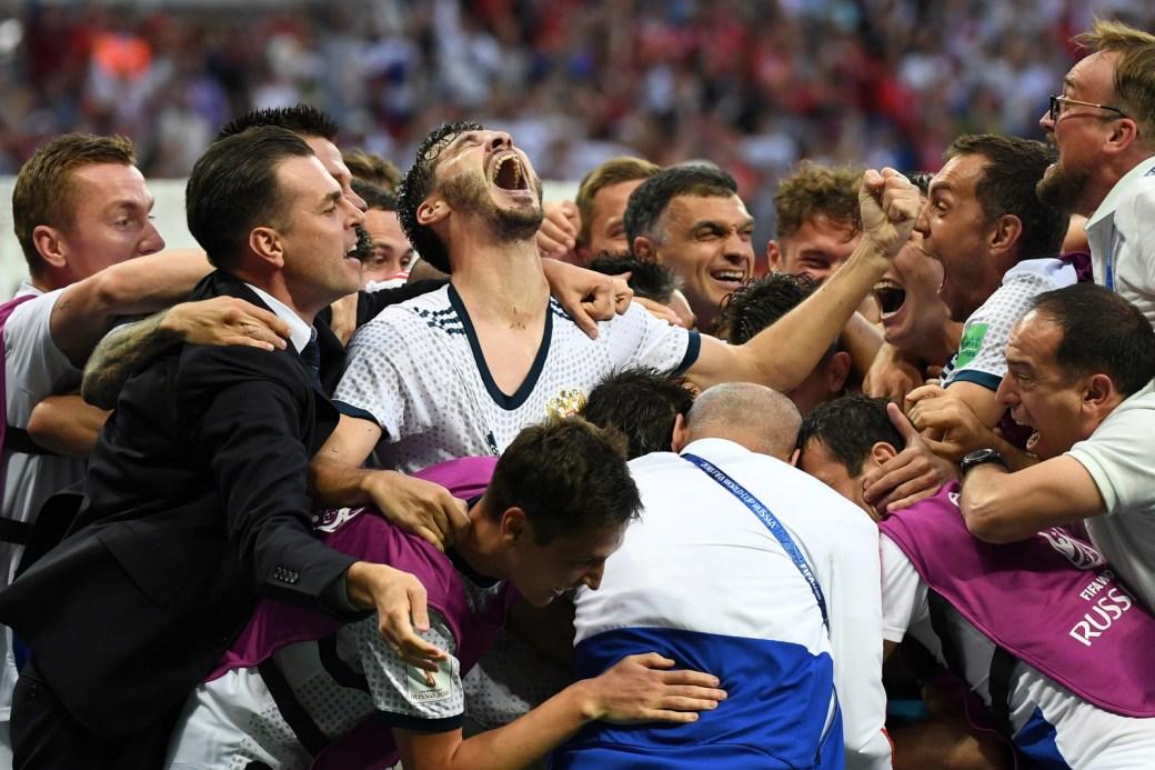 Russos se abraçam em êxtase após a classificação para as quartas.