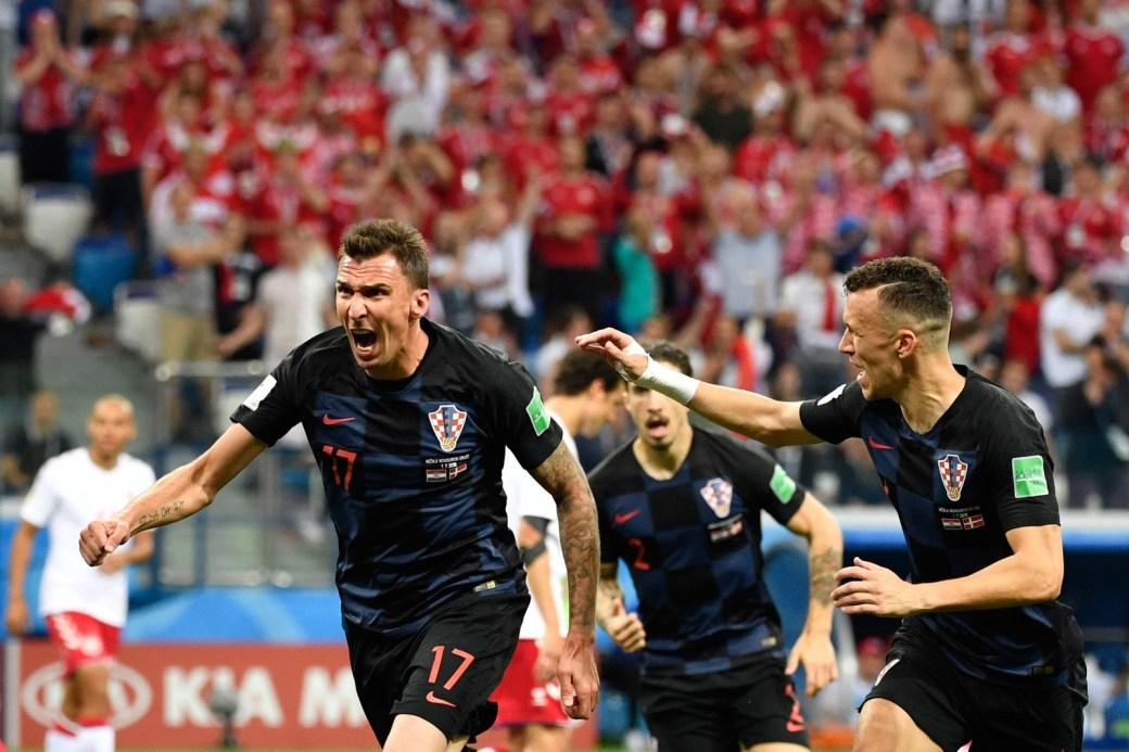 Mandzukic, da Croácia, sai para comemorar o gol que marcou contra a Dinamarca. O jogo terminou em 1 x 1 no tempo regulamentar, e a Croácia venceu nos pênaltis.