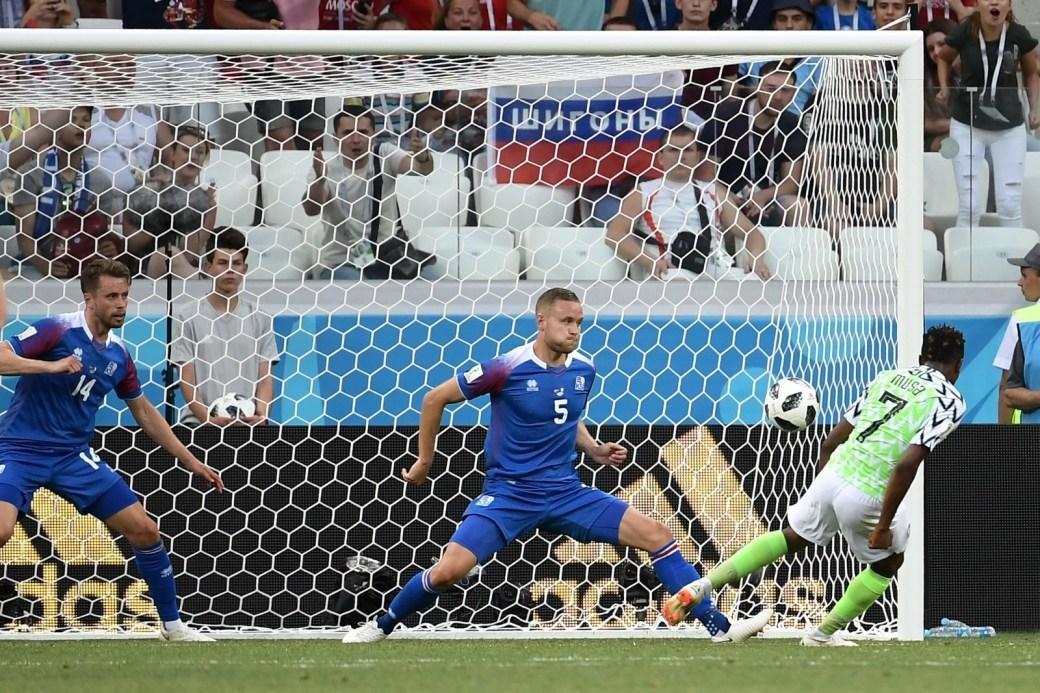 O craque Ahmed Musa marca o segundo gol da Nigéria contra a Islândia, na fase de grupos.