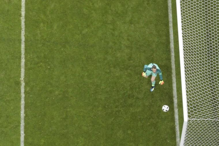 A bola chutada por Cristiano Ronaldo entra aos 43 minutos do 2º tempo — o goleiro da Espanha, De Gea, apenas observa. A partida terminou empatada em 3 x 3, e os três tentos portugueses foram marcados por Ronaldo.