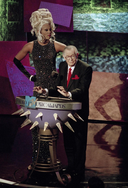 RuPaul e Milton Berle enquanto se preparavam para apresentar o prêmio Escolha do Público durante o MTV Video Music Awards em 1993.