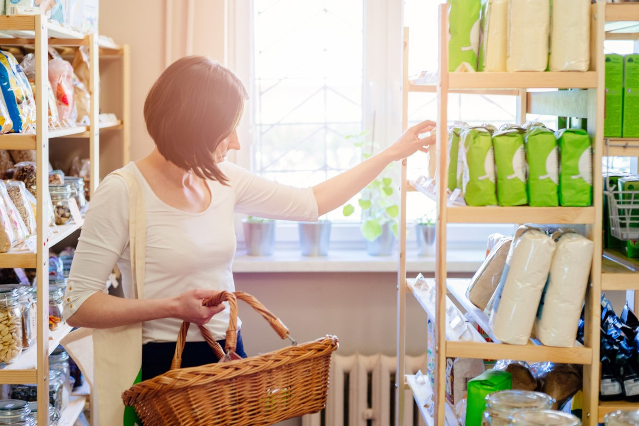 Compra de forma responsable: consume marcas sustentables, lee las etiquetas de todo, y reusa lo más que puedas.