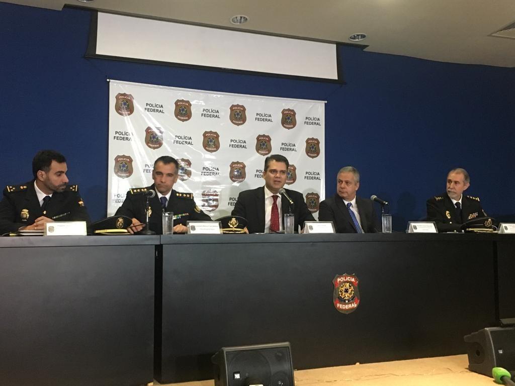 O superintendente Rosseti (ao centro) com a polícia espanhola e o representante da Interpol.