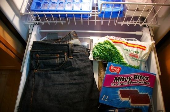 Pon tus jeans en el congelador para que huelan menos.