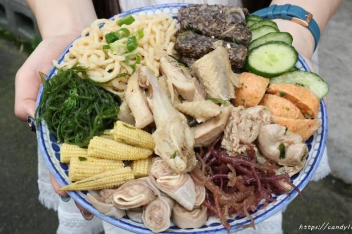 台中在地人鹽水雞,品項超過50樣,價格超親民,配菜洋蔥、黃豆芽、海帶芽免費加!