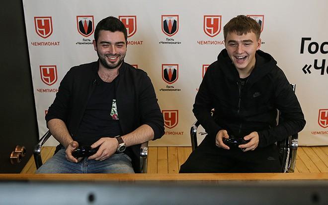 Денис Давыдов играет с болельщиком