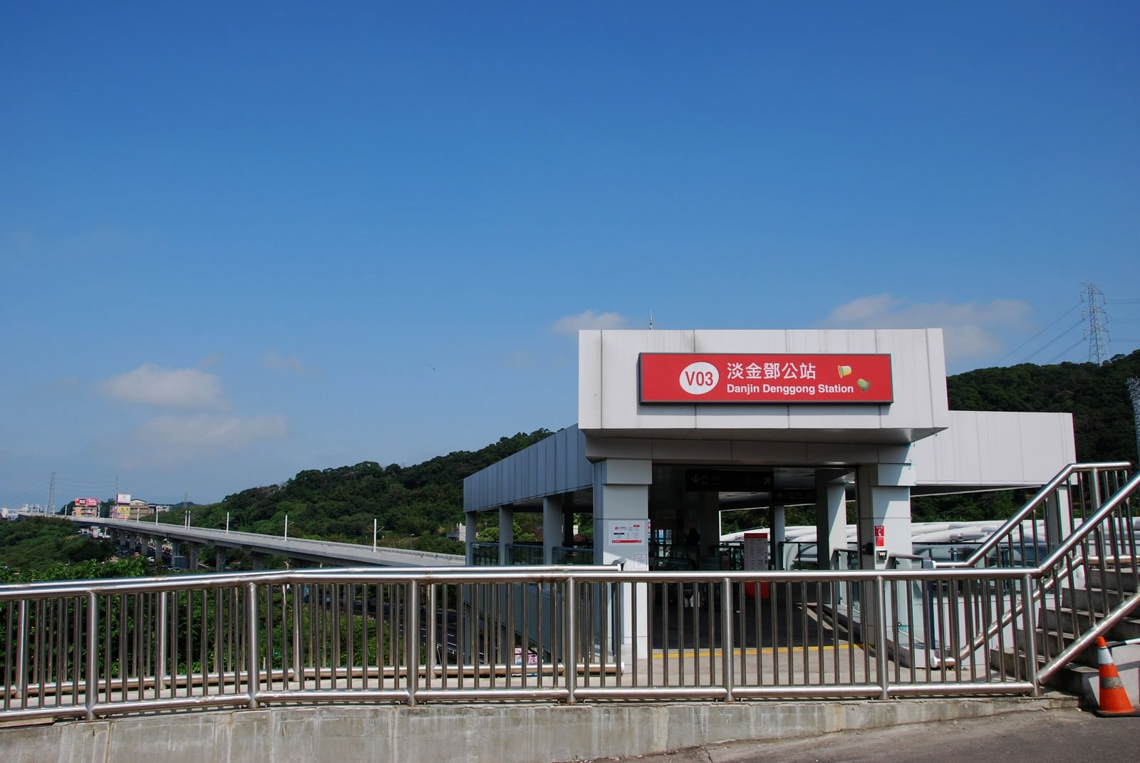 淡海輕軌綠山線, 輕軌淡金鄧公站, 車站建築主體