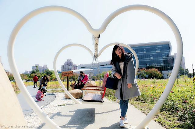 台中南區│市區裡頭也有美麗小花海!旁邊還有國立公共資訊圖書館與農夫市集可以溜達一下唷!