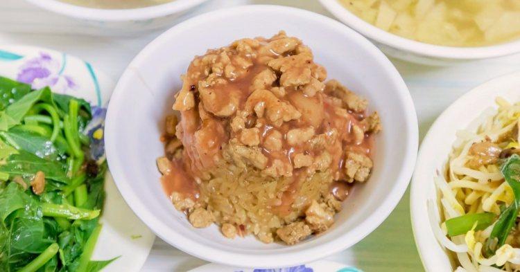 魚市米糕,人氣排隊宵夜美食只要銅板價!招牌米糕、炒麵、酸菜鴨湯、隔間肉美味好吃