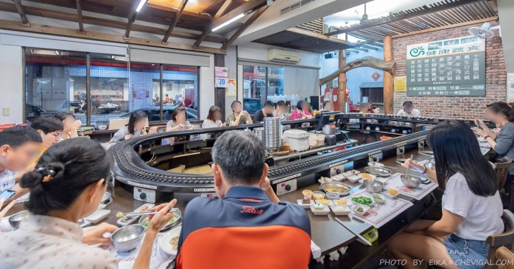 本草堂素食迴轉火鍋,迴轉軌道上竟然有小火車會載送食材,還有水果、甜點、飲料與冰淇淋吃到飽