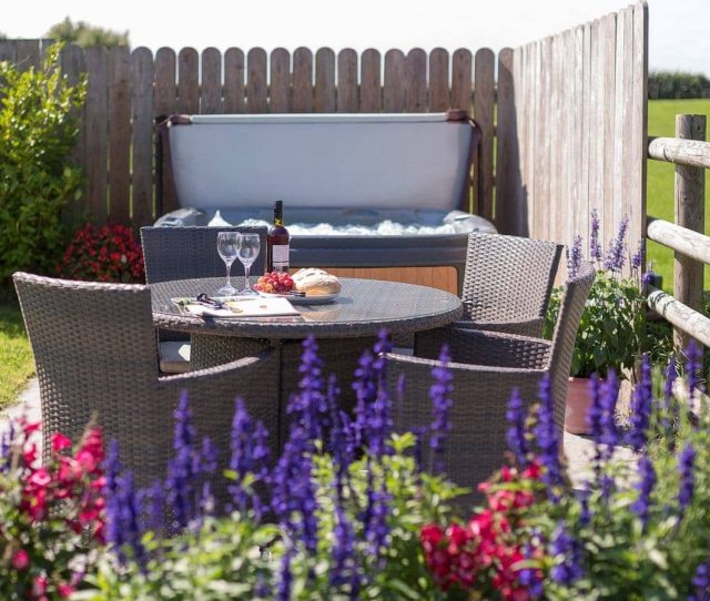 A Relax In The Lovely Colourful Garden And Hot Tub The Tallet Barn Marhamchurch Near Bude