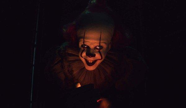 IT: Chapitre 2 Pennywise attirer un enfant dans l'obscurité à la foire