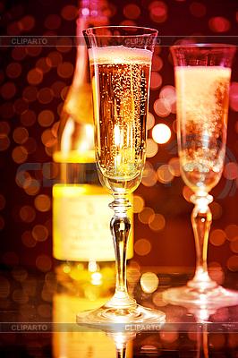 Элегантные бокалы шампанского и бутылка Фото большого