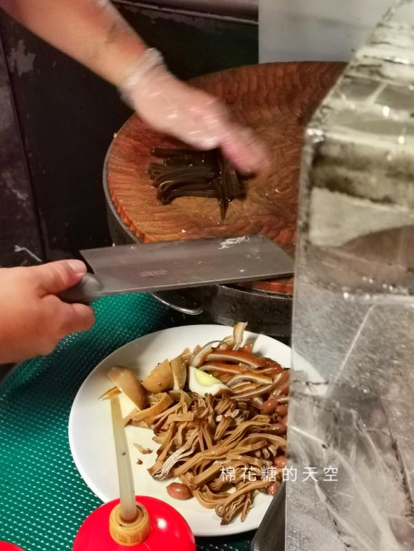 20200605231153 88 - 圍牆旁邊吃陽春麵~台中老店阿春麵担人潮很多啊!