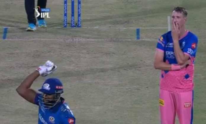 Cricket Image for VIDEO : पोलार्ड ने हेल्मेट से लगाया मॉरिस की गेंद पर चौका, ' तेज़ बाउंसर लगने के ब