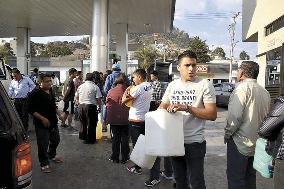 desabasto huachicoleros hacen su agosto vendiendo litros a 30 pesos 2