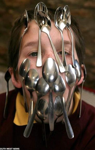 Criança de nove anos quebra record mundial balançando 16 colheres na face