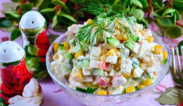 Крабовый салат с кукурузой и огурцом, рецепт с фото
