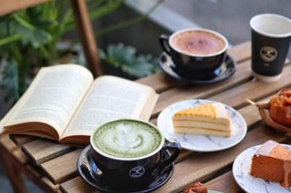【台中x食記】Cuppa VV Cafe。號稱台中最多型男店員的甜點咖啡廳。清水模質感設計。平價百元咖啡。營業至晚上9點。