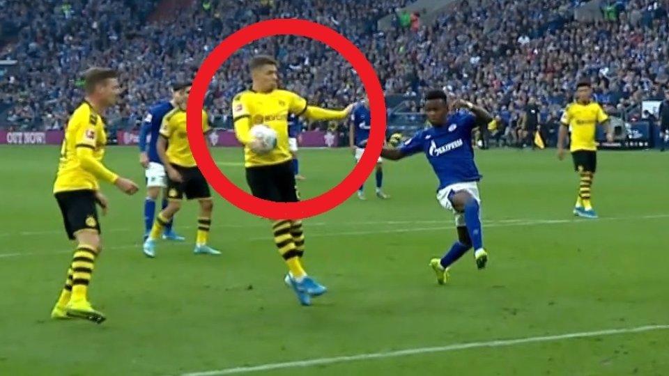 Dortmunds Spieler Hazard berührt den Ball mit der Hand im Revierderby. Der Arm ist ziemlich nah am Körper