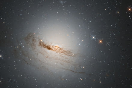 Hubble captures an aging galaxy that is slowly fading away