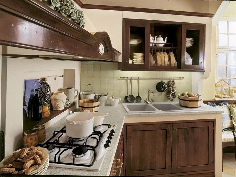 L'abbinamento dei colori delle pareti ai mobili in noce. Cucina Lineare Su Misura In Noce Arte Povera Martini Interiors