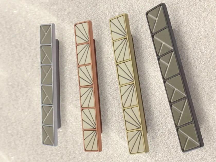 Gorky è una sedia caretterizzata da una forma leggera e armoniosa nata dalla sapiente modellazione del metallo di icarraro. Tiles Maniglia Per Mobili Collezione Tiles By Brl Metal Design
