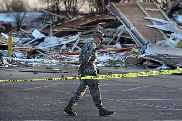 Aumenta a doce el número de muertos por tornados en el medio oeste de EE.UU.