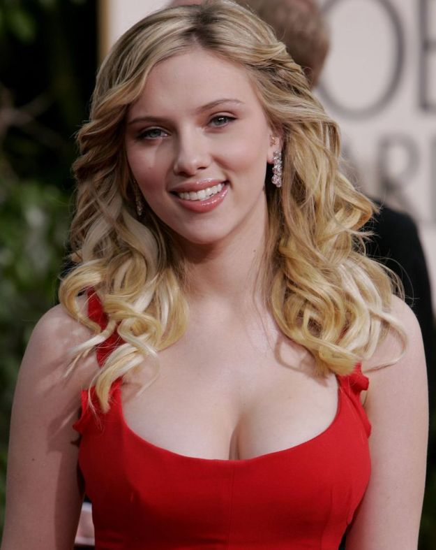 """Scarlett Johansson, nominated for best supporting actress for her work in """"Match Point,"""" arrives for the 63rd Annual Golden Globe Awards on Monday, Jan. 16, 2006, in Beverly Hills, Calif. (AP Photo/Kevork Djansezian)"""