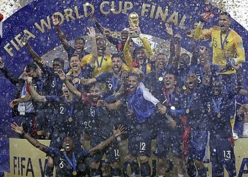 Jogadores da França levantam a taça de campeã do mundo. Foto: Matthias Schrader/AP