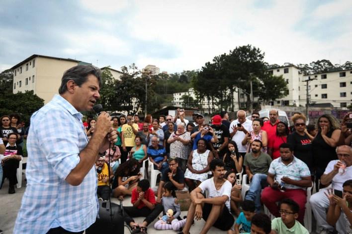 Haddad faz campanha na periferia de São Paulo
