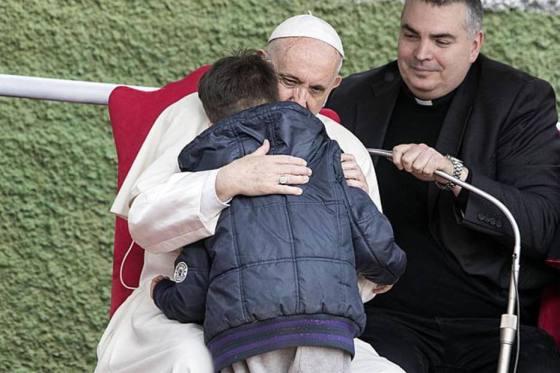 Papa consola criança