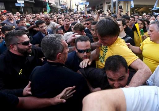 Bolsonaro é carregado por apoiadores em Juiz de Fora, Minas Gerais