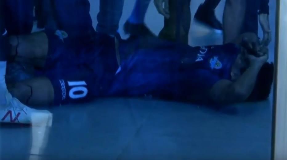 1543441211925 - Jogador de futebol é atingido por vidro de garrafa lançada por técnico de time adversário - VEJA VÍDEO