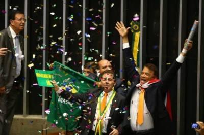 Deputado Wladimir Costa (à direita) joga papeis picados durante votação pelo afastamento de Dilma