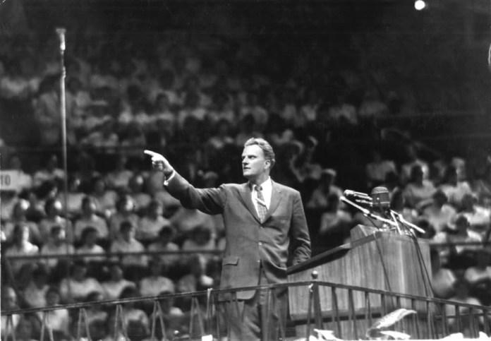 Billy Graham prega para milhares de pessoas no Madison Square Garden, em Nova York, em 1957