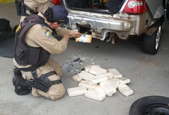 Policiais encontraram a droga emfundo falso no porta-malas