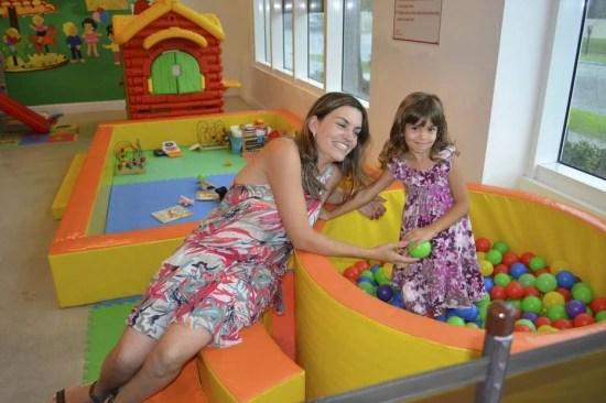 Amanda brinca com a filha Isabella, de 6 anos, no playground Planet Kids