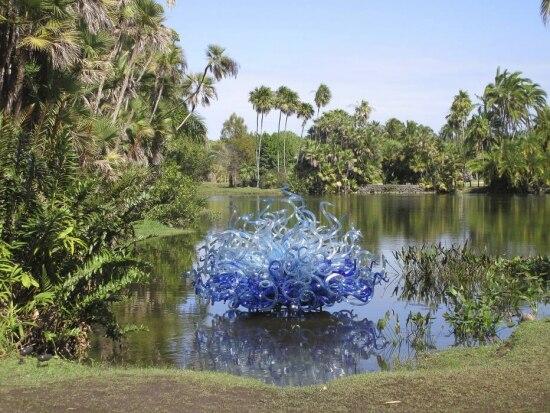 O escultor Dale Chihuly combina sua arte de vidro com as plantas em Fairchild