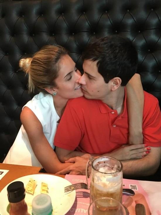 Dois dias depois de chegar de Miami, Arnaldo e a esposa, Giulia, comemoram o reencontro num restaurante em Ribeirão
